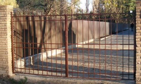Дачные металлические ворота могут быть дорогими или дешевыми