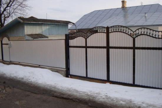 Какими должны быть ворота для дачи: основные материалы и качества