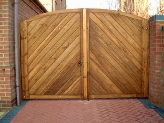 Не стоит забывать, что деревянные ворота требуют определенной защиты и постоянного ухода!