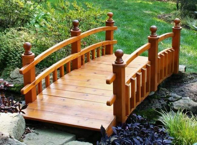 Деревянные мостики просто идеально подходят для загородных участков с уже возведёнными постройками
