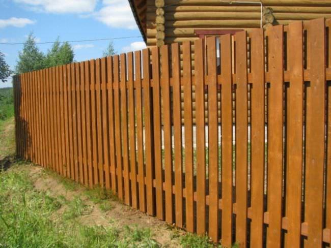 Классический штакетник представляет собой конструкцию, состоящую из металлических или деревянных столбов и поперечин, с вертикально фиксируемыми рейками