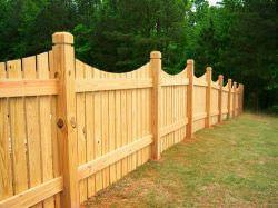 Деревянный забор – классический вариант ограждения придомовой территории