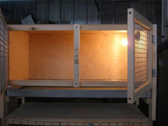 Самым простым и в тоже время наиболее удобным вариантом конструкции является создание брудера-ящика
