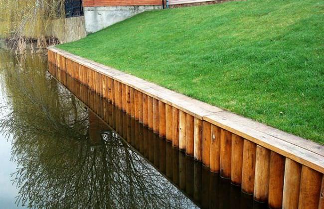 Метод укрепление береговой линии реки деревянными сваями относится к категории достаточно распространенных способов