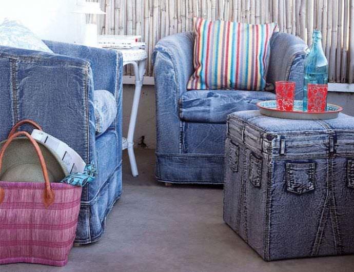 Великолепно смотрятся стулья и кресла в одинаковых джинсовых чехлах