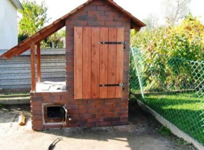 Капитальная коптильня на дачном участке для горячего и холодного копчения