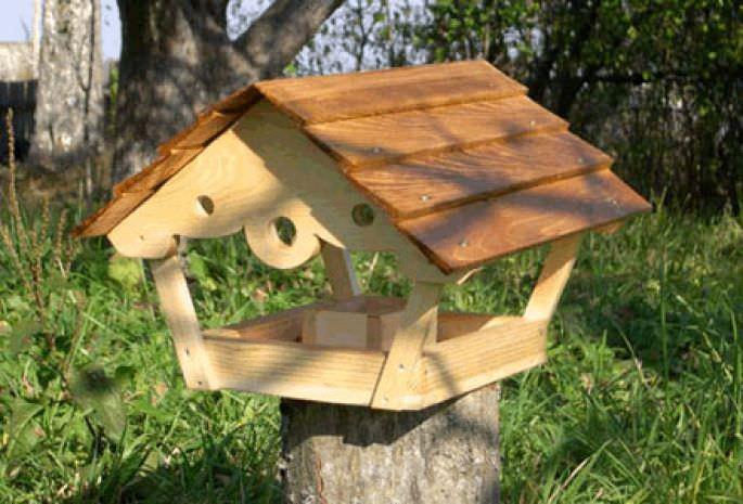 Вы всегда можете купить кормушку для птиц, но намного интереснее сделать ее своими руками