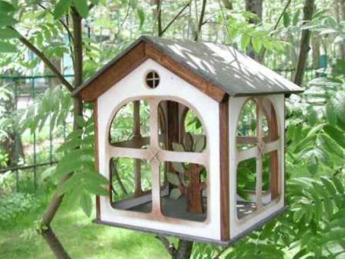 Установка готовой кормушки для птиц в саду или любом удобном месте дачного участка