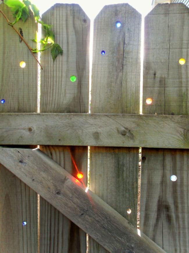 Классная идея оформления забора на даче: украшение разноцветным стеклом