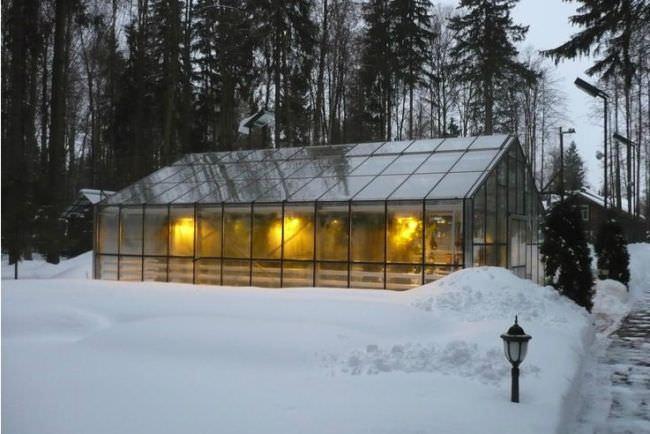 Отопление теплицы зимой является вопросом сложным, трудоемким и недешевым