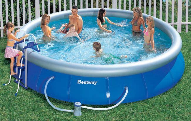 Существует множество способов содержать бассейн в чистоте. Один из них – постоянная замена воды и наполнение бассейна через специальные фильтры