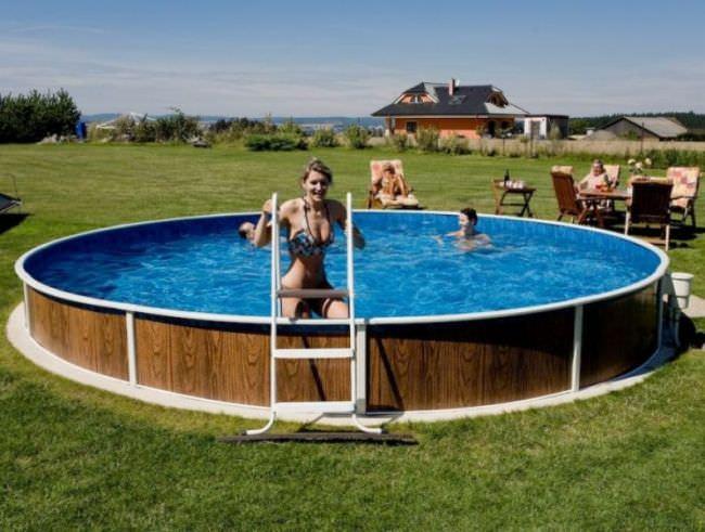 В зависимости от размера бассейна, пускай на даче установлен даже небольшой каркасник, количество воды может доходить до десятков кубометров