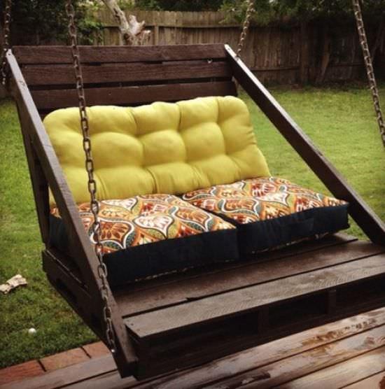 Из поддонов легко создается основа кресел, диванов, лавок, остается только пошить или заказать в ателье подушки, которые и закрепить на ней