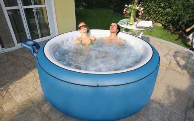 Рассматривая общепринятые стандарты и санитарные нормы, мы можем понять, что наиболее комфортной температурой воды в бассейне является показатель от +24 градусов Цельсия и выше