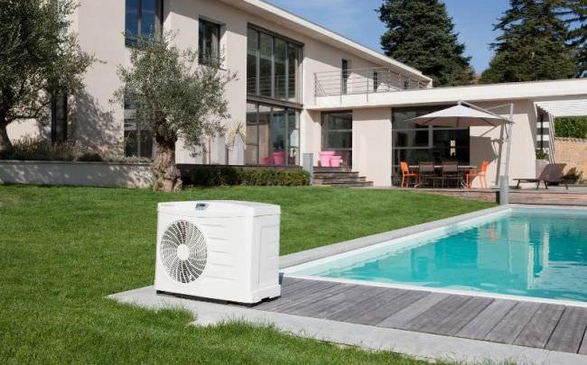 Нередко для нагрева воды в бассейнах используются и тепловые насосы, которые работают за счет энергии окружающей среды