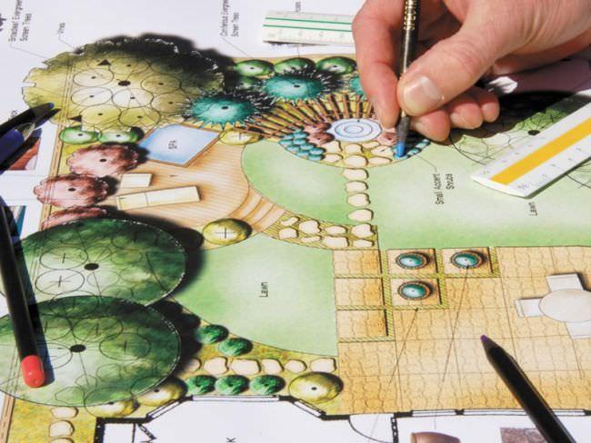 Если в планах мощеные площадки и дорожки, то приглядывайтесь, какие материалы вам наиболее подходят и нравятся