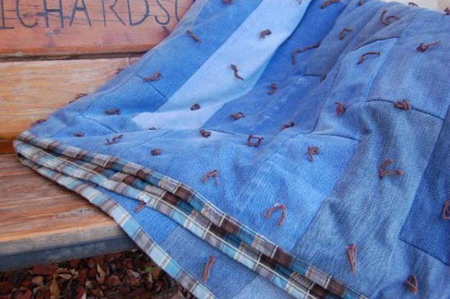 Сделать джинсовое покрывало непросто, но готовый результат станет украшением любого интерьера