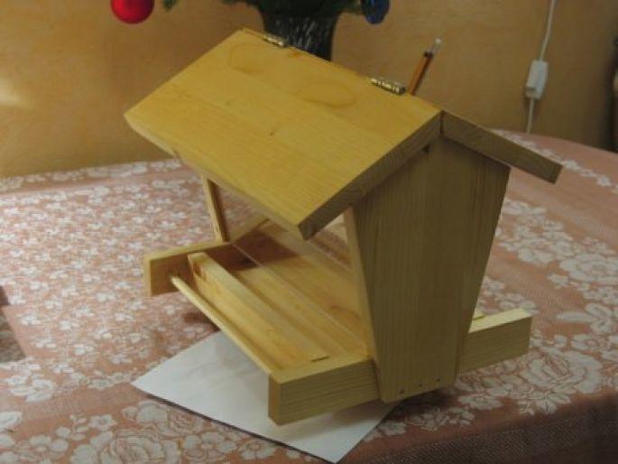 Собираем кормушку строго по размерам, чертежам и подготовленному материалу