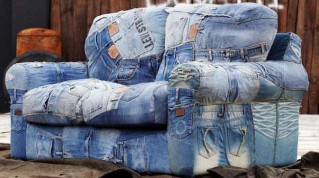 Ярко и практично выглядит мебель, обитая джинсовыми чехлами