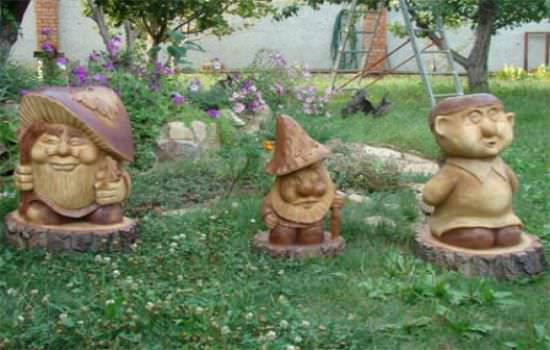 Современная садовая скульптура на территории дачи