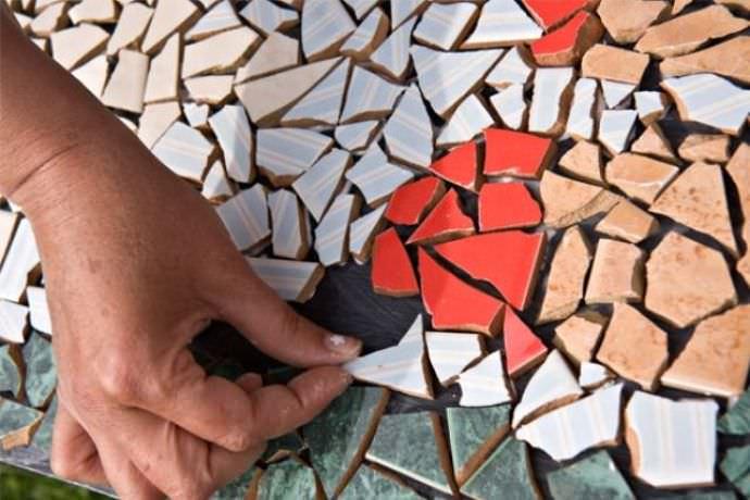 Плитка или мозаика послужит непревзойденной отделкой и небольшого декоративного пруда на даче