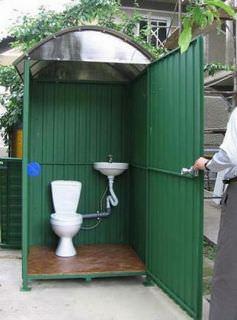 Уличные туалеты для дачи могут быть сооружены и из металла