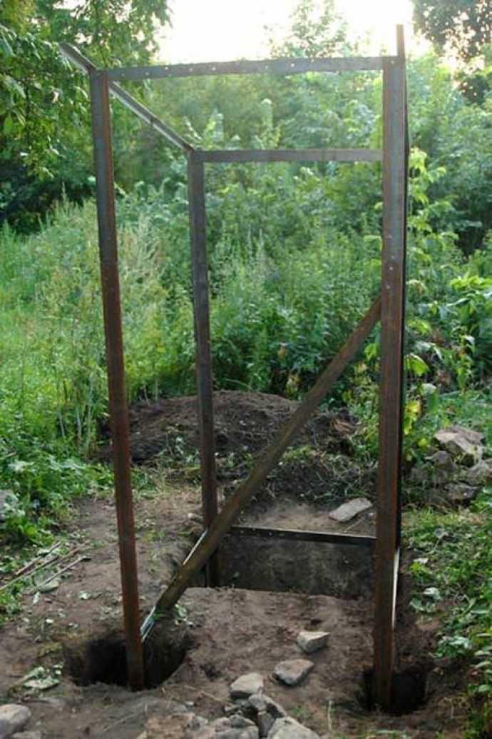 Туалет на даче устанавливается на фундамент, но некоторые люди игнорируют данный факт и помещают общую конструкцию на блоки или трубы