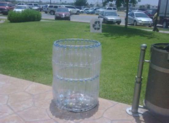 Готовый мусорный бак из пластиковых бутылок, изготовленный своими руками
