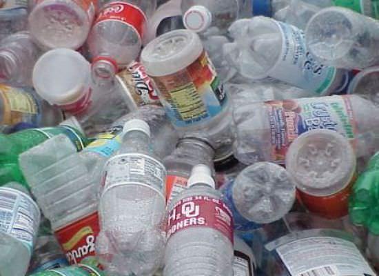 Не нужно выбрасывать старые пластиковые бутылки, они могут стать полезными на даче