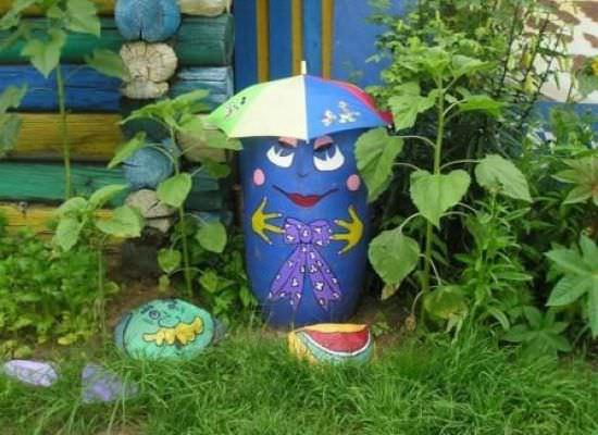 Симпатичный мусорный бак из старой бочки, которая срезана под размер и украшена в стиле сада