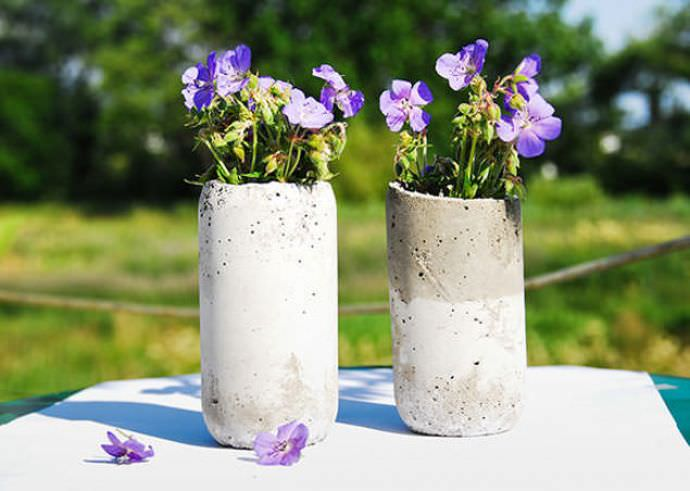 Часто из бетона выполняются скульптуры в виде ваз для цветов