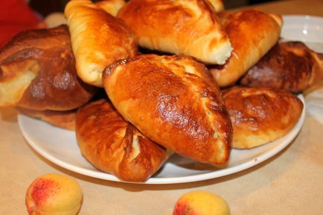 Пирожки с колбасой прекрасно подходят для перекуса на работе или в школе