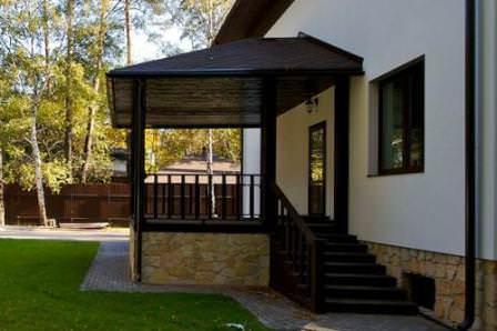 Уклон крыши можно делать в любую удобную сторону, главное чтобы вода не застаивалась на козырьке и уходила с крыши