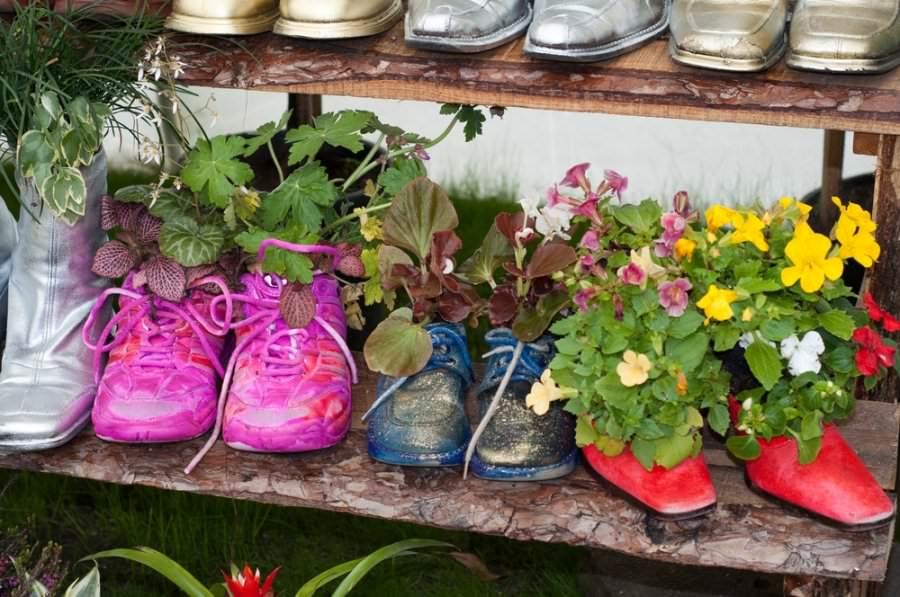 Оригинальные горшки для цветов из ботинок и сапог
