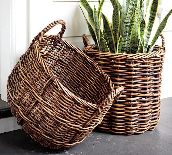 Декоративный вазон из плетеной корзины