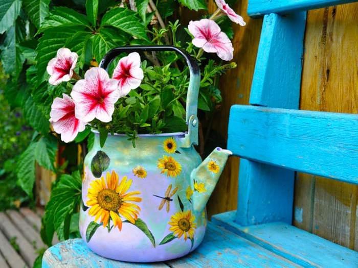 Яркий вазон для декоративных растений из старой посуды