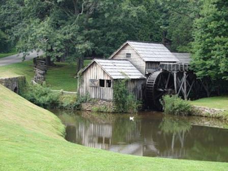 Водяная мельница в природном ландшафте