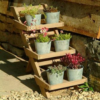 Этажерка для цветов из досок, бруса и старых ведер