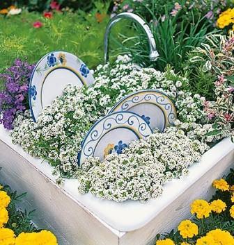 Симпатичный декор для дачного сада из старой мойки, тарелок и смесителя