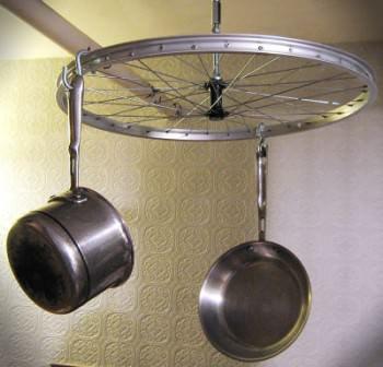 Велосипедное колесо в качестве оригинального подвеса для кухонной утвари