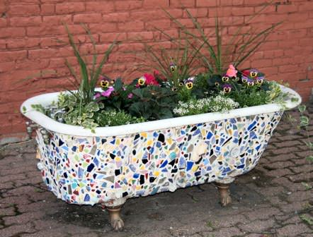 Старая ванна на службе ландшафтного дизайна территории дачи