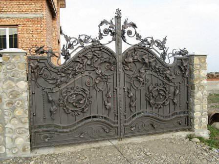 Ворота из художественной ковки для дачи