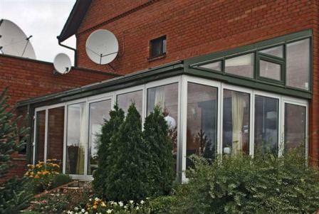Если вы превращаете обыкновенную веранду в зимнюю, нужно позаботиться и об окнах