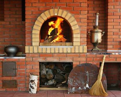 Печное отопление дает  возможность использования недорогих дров и угля