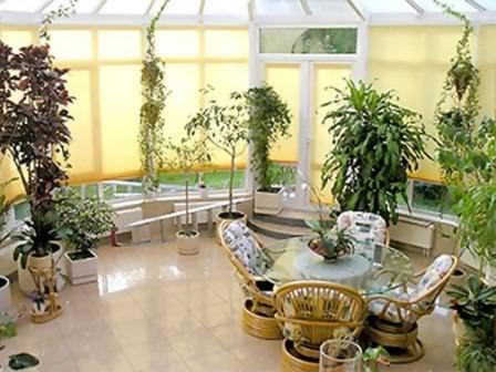 Система теплого пола вдоль стен она будет противостоять обледенению стеклянной или поликарбонатной крыши сада
