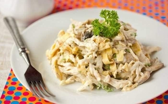 Салат с курицей и яичными блинами рецепт с пошагово в