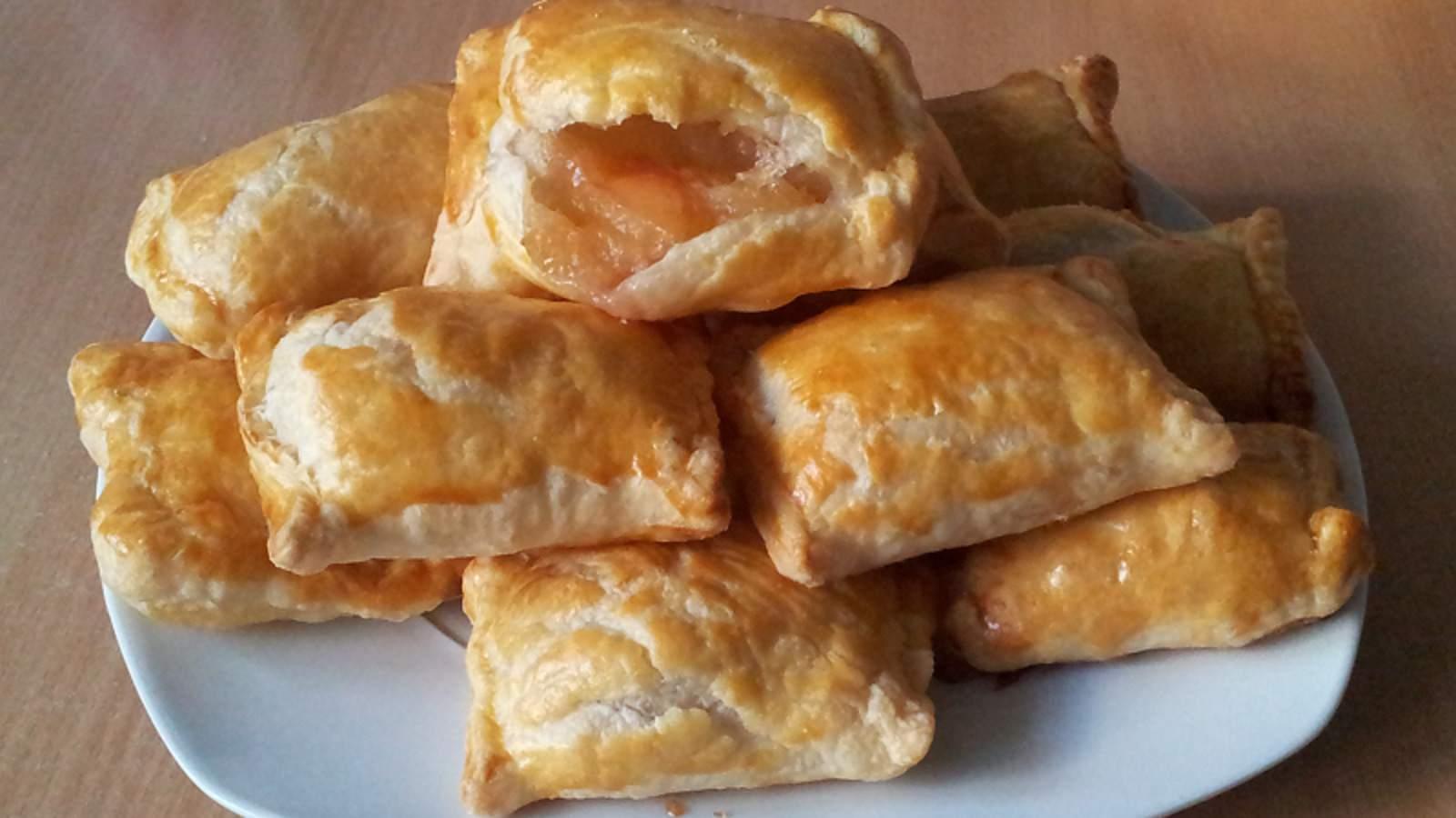 Рецепт пирожков с яблоками из слоеного теста
