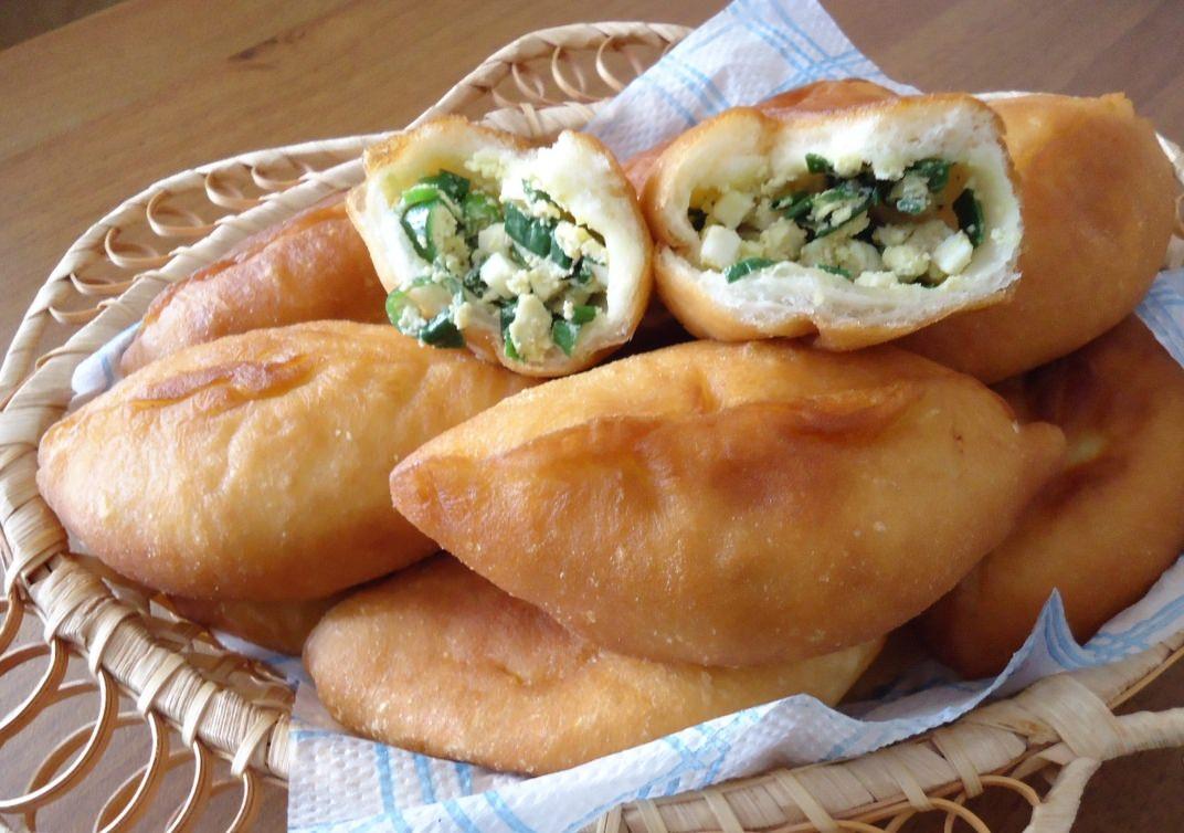 Жареные пирожки с яйцом и луком и рисом с фото
